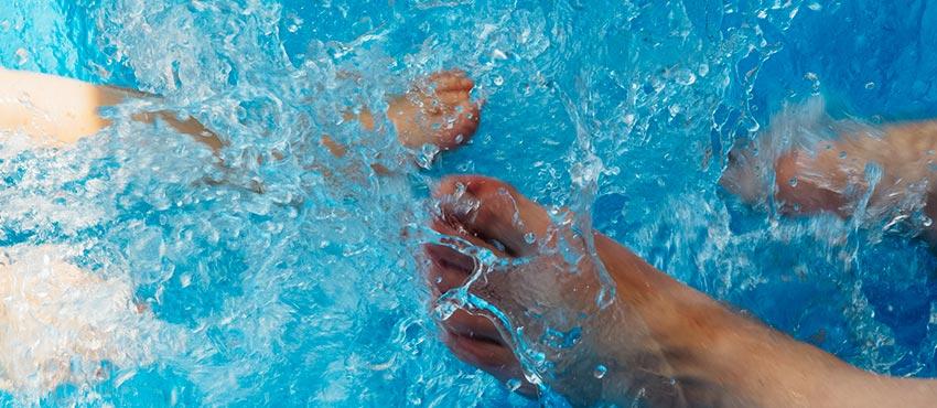 zwembad-voeten-spetters-water