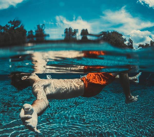 zwembad-jongen-onder-water